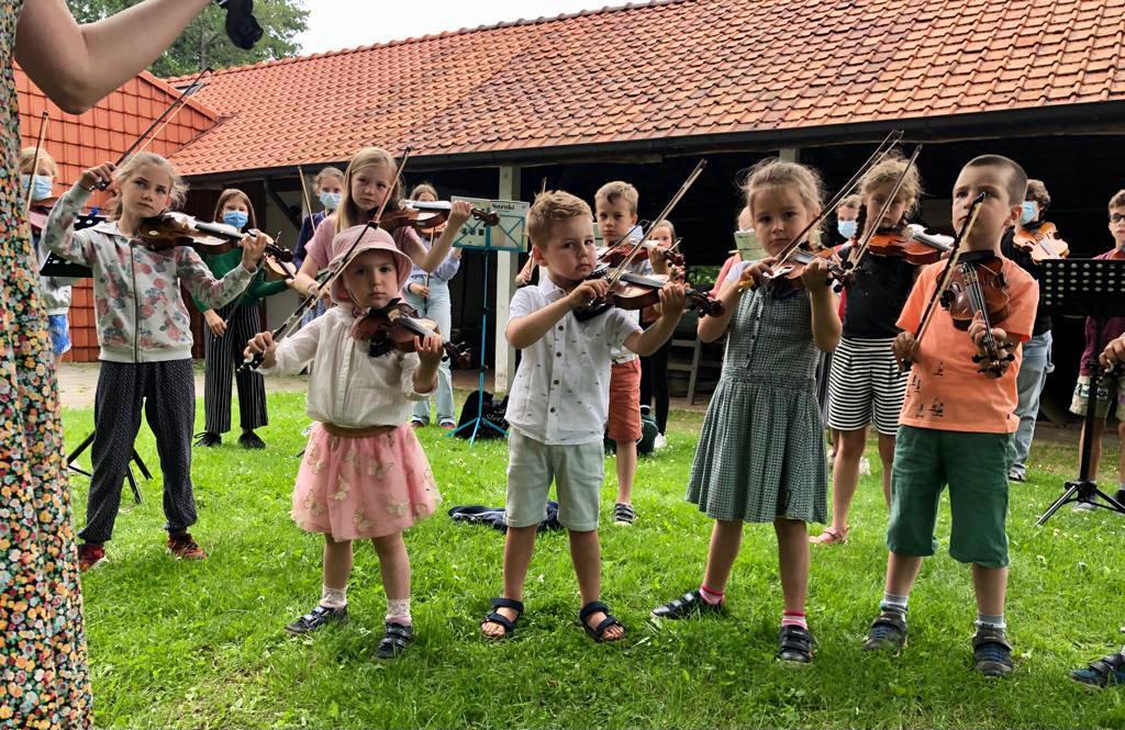 viool spelen op de kinderboerderij